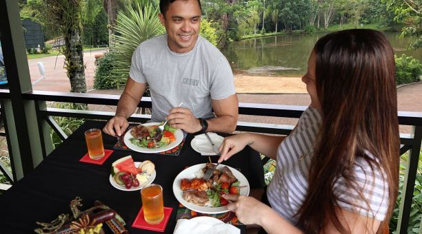 Enjoy lunch by the lake